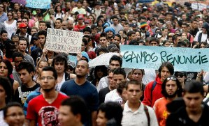 Presidente de Colombia decreta toque de queda y ordena militarización de Bogotá