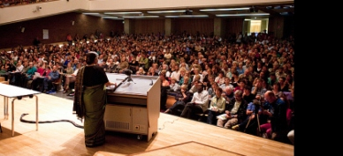 El científico Vandana Shiva en una de sus conferencias.
